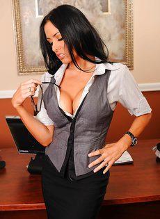 Сногсшибательная секретарша немножко развлеклась после работы - фото #3