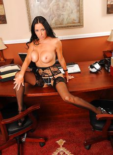 Сногсшибательная секретарша немножко развлеклась после работы - фото #12