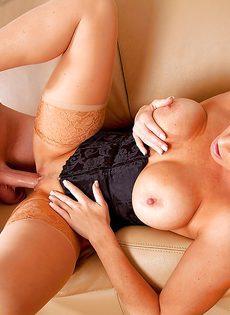 Трах грудастой женщины в миссионерской позе на диване - фото #10
