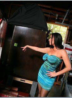 Трахает великолепную бабенку и вылизывает ее горячие дырки - фото #1
