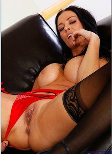 Гламурная сексуальная брюнетка в черных чулках - фото #5