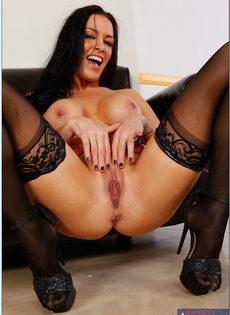 Гламурная сексуальная брюнетка в черных чулках - фото #15