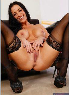 Гламурная сексуальная брюнетка в черных чулках - фото #16