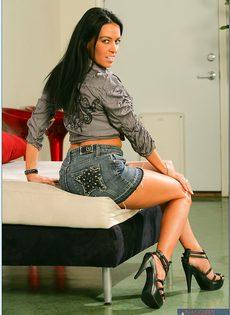 Стройная брюнетка с длинными ножками обнажилась с удовольствием - фото #2