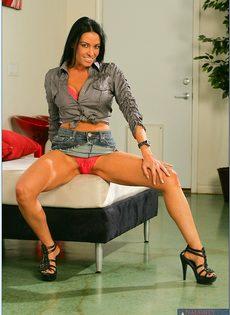 Стройная брюнетка с длинными ножками обнажилась с удовольствием - фото #3