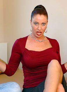 Лицо зрелой женщины в сперме после небольшой групповушки - фото #2