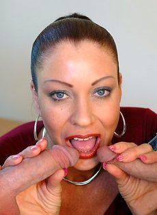 Лицо зрелой женщины в сперме после небольшой групповушки - фото #3