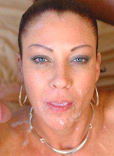 Лицо зрелой женщины в сперме после небольшой групповушки - фото #14