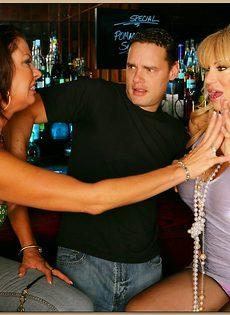 Секс молодого парня и двух зрелых развратниц - фото #2