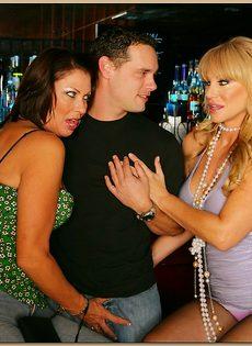 Секс молодого парня и двух зрелых развратниц - фото #3