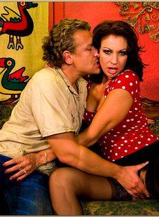 После горячего совокупления угощает женщину свежей спермой - фото #3