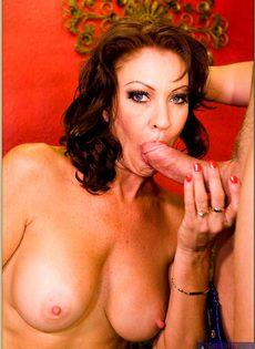 После горячего совокупления угощает женщину свежей спермой - фото #9
