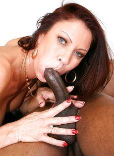 Жаркая бабенка насаживается вагинальной дыркой на черный пенис - фото #6
