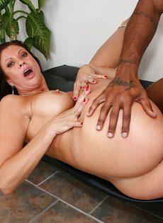 Жаркая бабенка насаживается вагинальной дыркой на черный пенис - фото #9