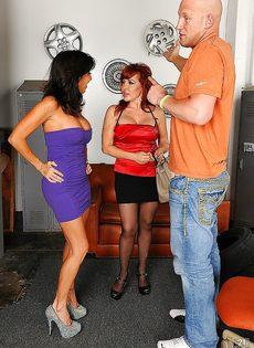 Парень отодрал женщин с большими дойками в порядке очереди - фото #2