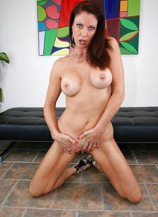 Горячая женщина соскучилась по сексуальному удовлетворению - фото #12