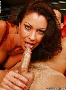 Перед половым актом отполировала пенис нового любовника - фото #3