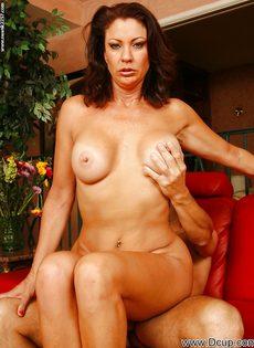 Перед половым актом отполировала пенис нового любовника - фото #9