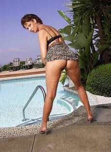 Женщина не упустила возможность попозировать на курорте - фото #3