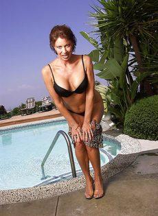 Женщина не упустила возможность попозировать на курорте - фото #5