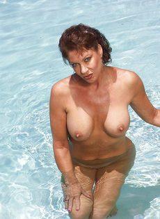 Женщина не упустила возможность попозировать на курорте - фото #13