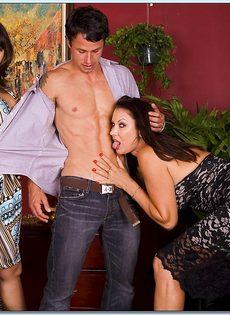Горячие бабенки удовлетворились одним половым членом - фото #1
