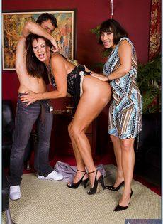 Горячие бабенки удовлетворились одним половым членом - фото #2