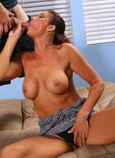Качественно отсосала член и насладилась густой спермой - фото #8