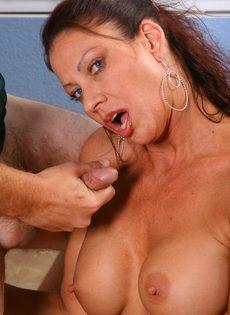 Качественно отсосала член и насладилась густой спермой - фото #13