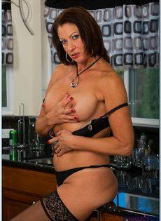 Взрослая потаскушка в сексуальном белье и в чулках черного цвета - фото #8