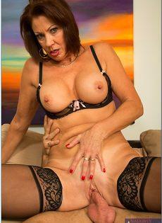 Красивая женщина в чулках садится влагалищем на крепкий пенис - фото #8