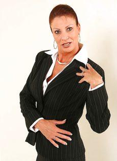 Взрослая деловая женщина продемонстрировала только лишь сиськи - фото #1