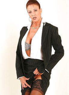 Взрослая деловая женщина продемонстрировала только лишь сиськи - фото #3