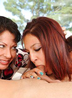 Бабенка учит молоденькую девку заглатывать половой член - фото #7