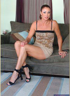 Обнаженная зрелая брюнетка лежит на диване и ждет трахаря - фото #2