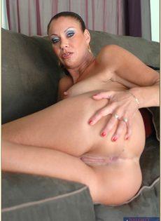 Обнаженная зрелая брюнетка лежит на диване и ждет трахаря - фото #15