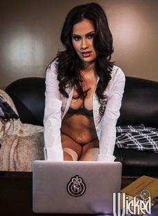 Краля смотрит эротическое видео и мастурбирует письку - фото #2