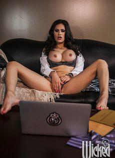 Краля смотрит эротическое видео и мастурбирует письку - фото #11