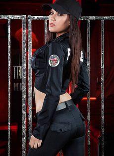 Сексапильной шлюшке идет полицейская форма - фото #2