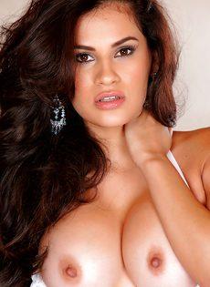 Смазливая девка с шикарной грудью и ухоженной пизденкой - фото #8