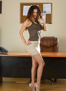 Офисная работница раздевается и показывает свои прелести - фото #3