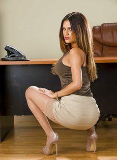 Офисная работница раздевается и показывает свои прелести - фото #4