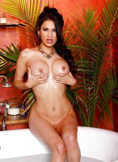Обаятельная латинская телка мастурбирует в ванной - фото #3