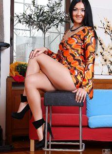Стройная брюнетка Vanessa Vaughn позирует обнаженной - фото #8