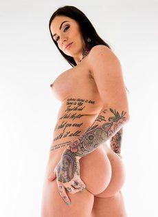 Фото сессия для мужского журнала умопомрачительной татуированной брюнетки - фото #11