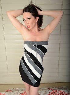 Зрелая сучка с большой грудью показывает пизду крупным планом - фото #2