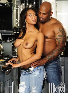 Темнокожая пара трахнулась только после орального секса - фото #4