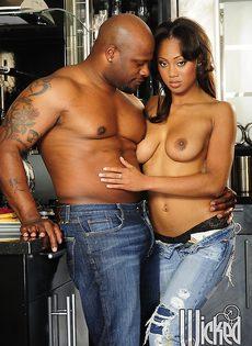 Темнокожая пара трахнулась только после орального секса - фото #5