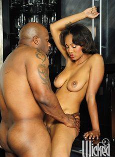 Темнокожая пара трахнулась только после орального секса - фото #14