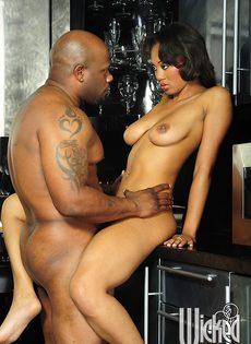 Темнокожая пара трахнулась только после орального секса - фото #15